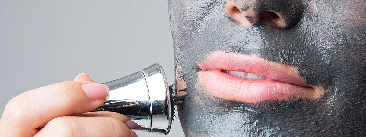 applicazione di una maschera per il viso