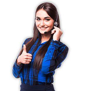 operatrice con cuffie risponde alle chiamate dei clienti