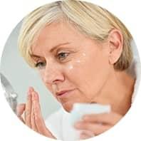 signora si spalma la crema vitaldermax sul volto