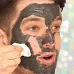 frank si applica la maschera sul viso