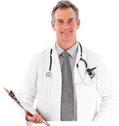 medico di mezza età con camice bianco
