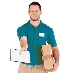 uomo consegna un pacco e consegna il prodotto