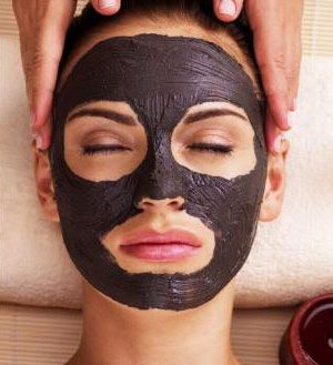 royal black mask spalmata sul viso di una donna